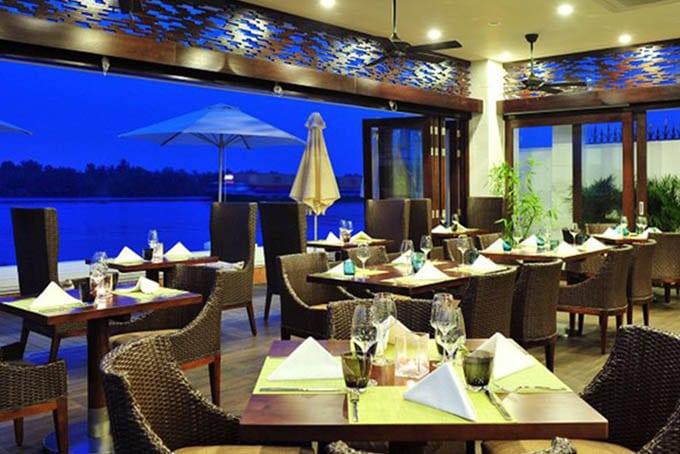 Diện mạo độc đáo của một nhà hàng ven sông quận 2 dưới sắc đêm đầy lãng mạn